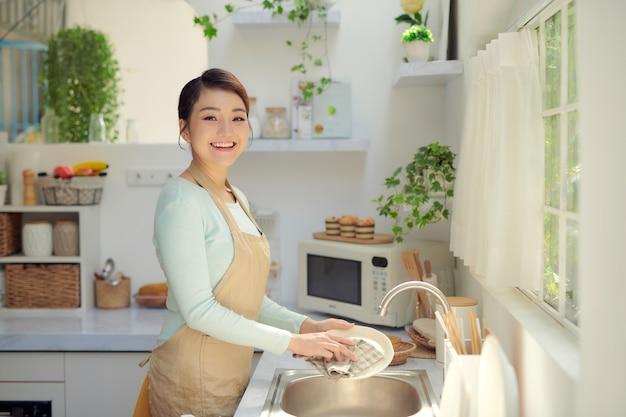 젊은 여자가 부엌에서 설거지를 했다