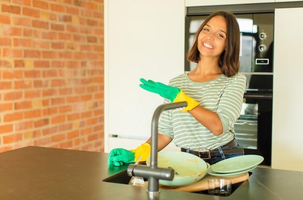 설거지하는 젊은 여자