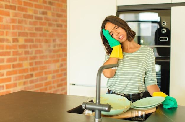 Молодая женщина моет посуду