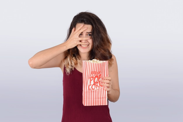 映画を見ているとポップコーンを食べる若い女性