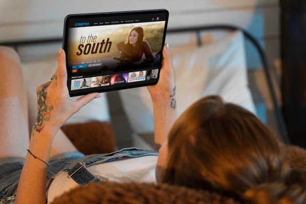 집에서 넷플릭스로 영화를 보는 젊은 여성