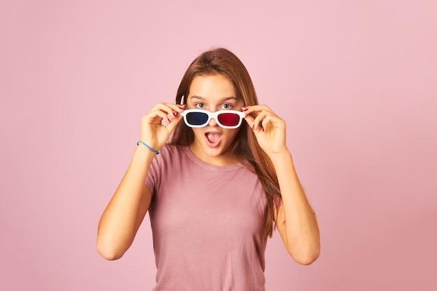 3dメガネをかけて映画を見ている若い女性