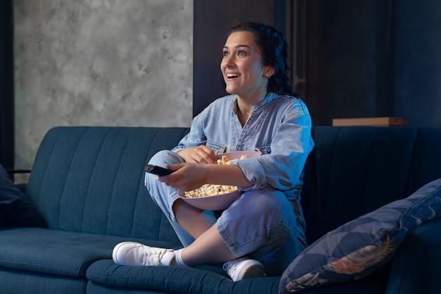 Молодая женщина смотрит netflix дома