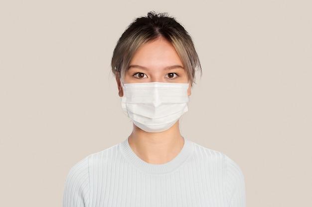 새로운 정상에서 얼굴 마스크를 쓰고 젊은 여자