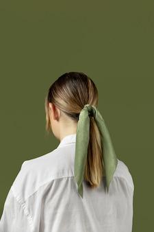ヘアアクセサリーとしてハンカチを身に着けている若い女性