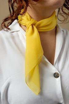 首のアクセサリーとしてハンカチを身に着けている若い女性 無料写真