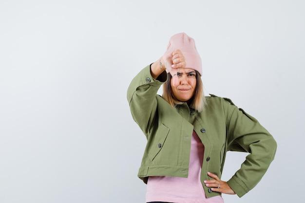 Молодая женщина в куртке и розовой шляпе