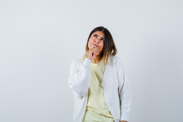 白いカーディガンを着ている若い女性
