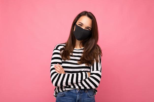 다른 사람의 코로나 예방을 위해 안티 바이러스 보호 마스크를 착용 한 젊은 여성