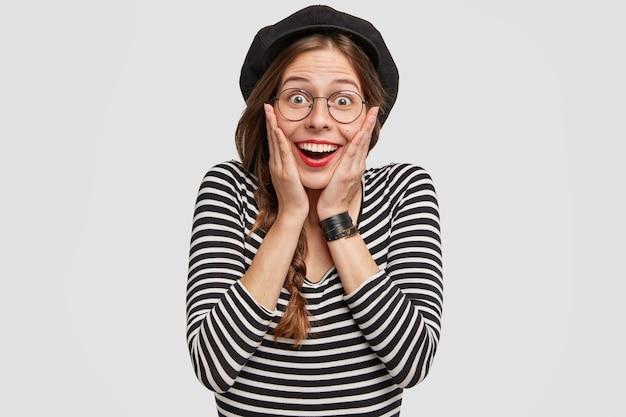 ベレー帽とストライプのシャツを着た若い女性
