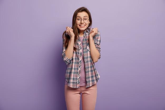 Молодая женщина в яркой одежде