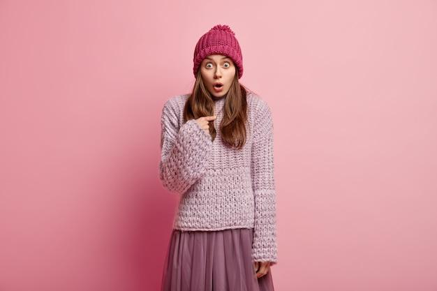 カラフルな冬の服を着ている若い女性