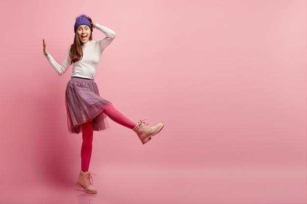 Giovane donna che indossa abiti invernali colorati