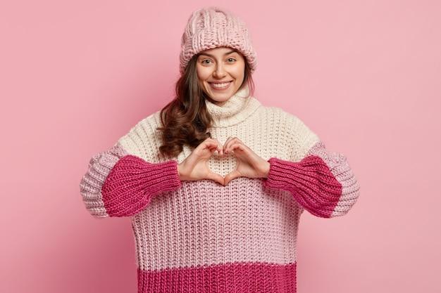 Молодая женщина в красочной зимней одежде