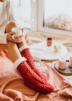 Giovane donna che indossa abiti invernali accoglienti