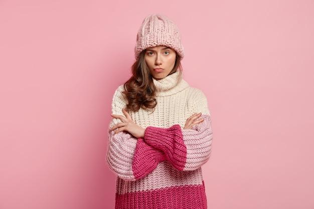 Молодая женщина в уютной зимней одежде