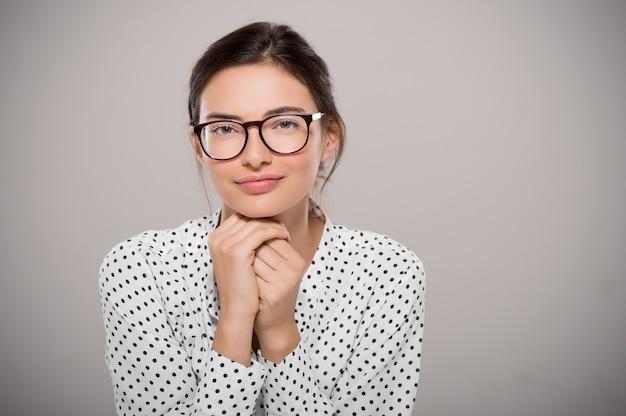 眼鏡をかけている若い女性