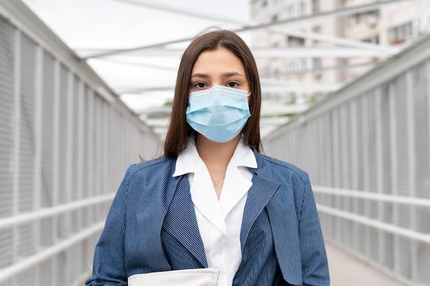얼굴 마스크를 착용하는 젊은 여자