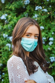 얼굴 마스크를 쓰고 젊은 여자