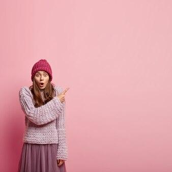 ファッショナブルな服を着ている若い女性