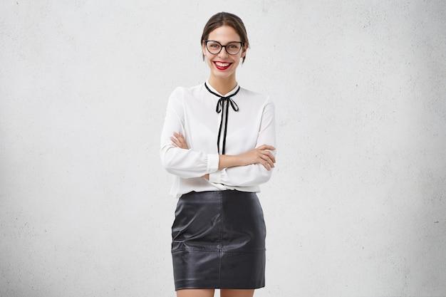 フォーマルな服を着た若い女性