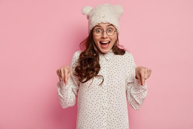 Giovane donna che indossa camicia e cappello divertenti