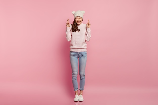 面白い帽子をかぶっている若い女性