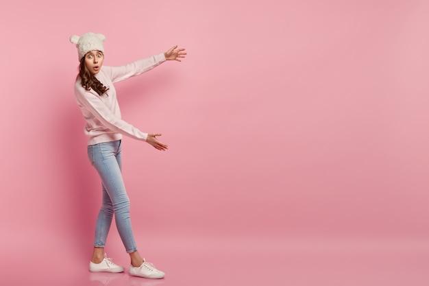Молодая женщина в смешной шляпе