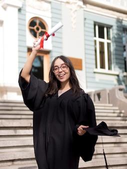 Молодая женщина в выпускной платье на открытом воздухе