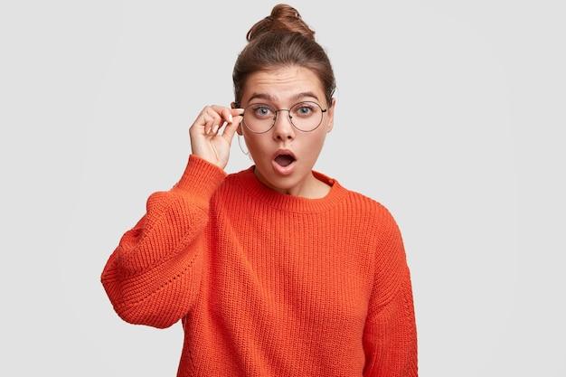 롤빵과 큰 스웨터에 그녀의 머리를 입고 젊은 여자