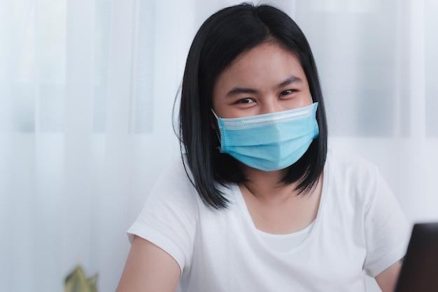 Молодая женщина в маске
