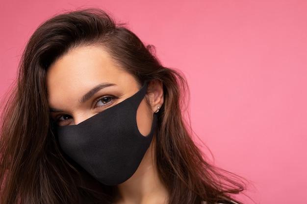 医療用フェイスマスクを身に着けている若い女性