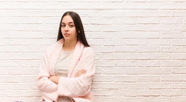 まっすぐ見てパジャマを着ている若い女性