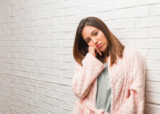 何かを考えて、側にいるパジャマを着た若い女性