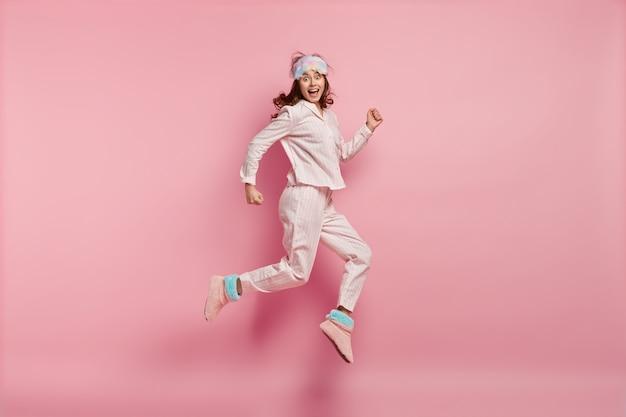 パジャマと睡眠マスクを身に着けている若い女性