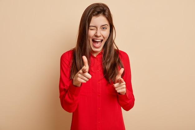 赤いシャツを着た若い女性