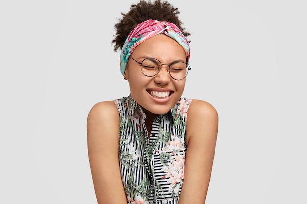 Giovane donna che indossa occhiali rotondi e bandana colorata