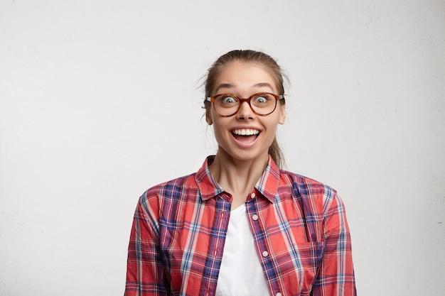 ストライプのシャツと眼鏡を着た若い女性