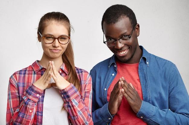 Молодая женщина в полосатой рубашке и очках
