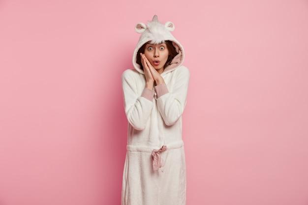ユニコーンのパジャマを着ている若い女性