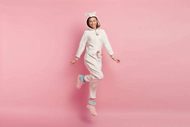 유니콘 잠옷을 입고 젊은 여자