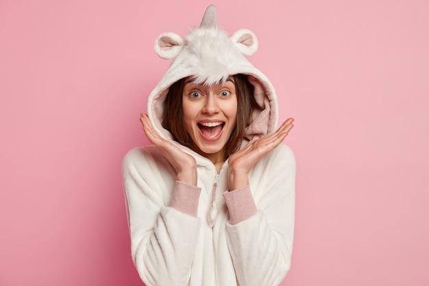 Молодая женщина в пижаме с единорогом Бесплатные Фотографии