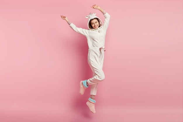 Giovane donna che indossa un pigiama di unicorno