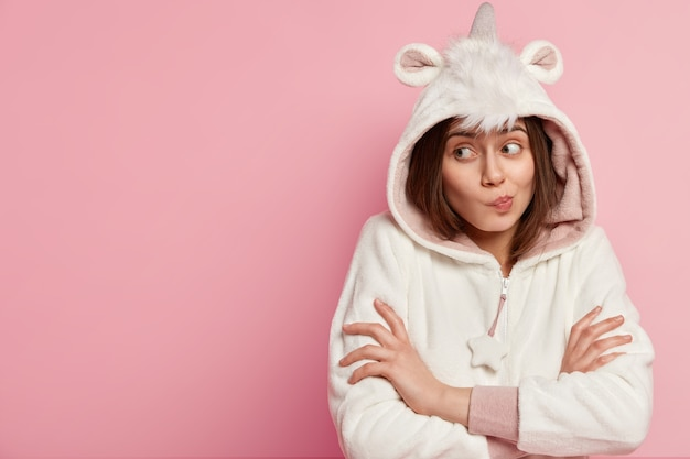 Молодая женщина в пижаме с единорогом
