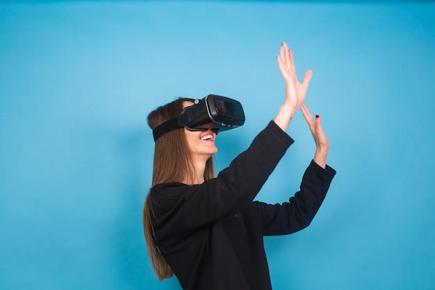 仮想現実デバイスを着た若い女性。テクノロジー、バーチャルリアリティ、人々の概念。