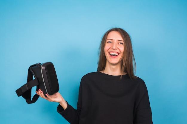 가상 현실 장치를 착용하는 젊은 여자. 기술, 가상 현실 및 사람 개념.