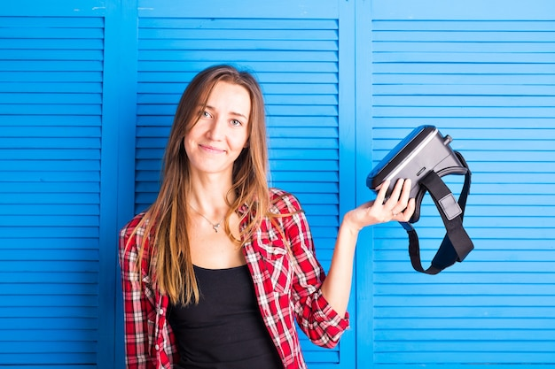 스튜디오에서 가상 현실 헤드셋을 착용하는 젊은 여자