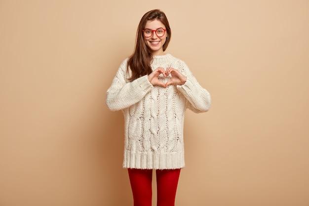 白いセーターを着ている若い女性