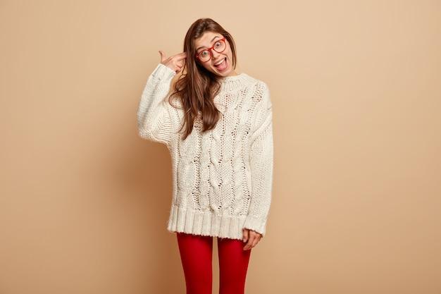 Giovane donna che indossa un maglione bianco