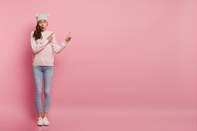 冬の服を着ている若い女性